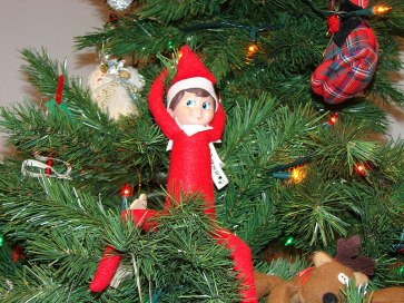 800px-Elf_on_the_Shelf_poses_01